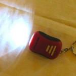 Punainen avaimenperälamppu mustalla kotkalogolla