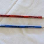 Punainen ja sininen lyijykynä Nuoret Kotkat -logolla