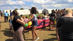 Nuorten Kotkien pöytä maailmantorilla leirin avoimien ovien päivänä
