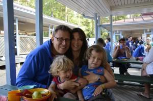 Kuvassa Anna ja Tomas Ruotsista ja heidän lapsensa Alfred 4 v. ja Elliot 2 v. Lue Annan ja Tomaksen rakkaustarina kokonaisuudessaan seuraavasta Kotkaviestistä.