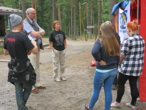 KIPU- nuoret kertovat projektista KAMU- leirillä kansanedustaja Eero Heinäluomalle ja leiripäälikkönä toimineelle kansanedustaja Sirpa Paaterolle.