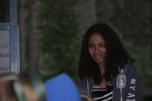 Arawela Sovala vetää työpajaa KAMU- leirillä.