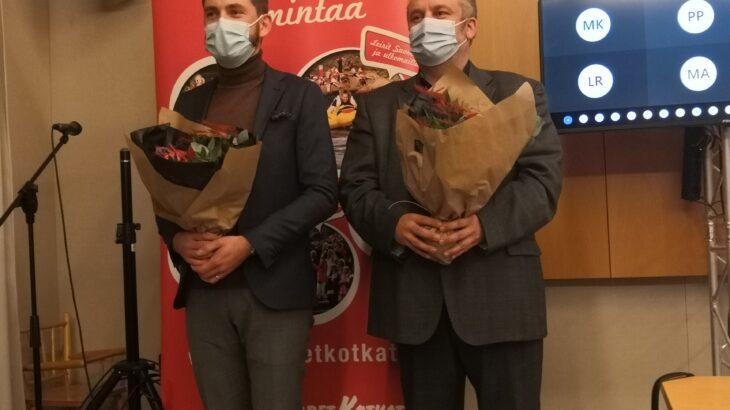 Marko Piirainen ja Miikka Lönnqvist kukkakimppujen kanssa