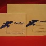 Kaksi erikokoista kirjekuorta sinisellä kotkalogolla ja Nuoret Kotkat -painatuksella
