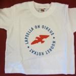"""Valkoinen t-paita, jonka rinnassa suuri punainen kotkalogo ja sinisellä teksti """"Lapsella on oikeus - Nuoret Kotkat"""""""