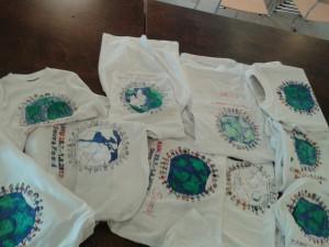 Leiriläiset aloittivat leiripaitojen kuvittamisen. / Campers started to colour camp T-shirt