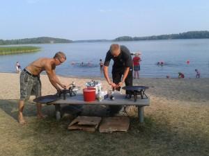 Perhekylä, kylä numero 2, vietti iltaa lettujen ja iltauinnin parissa. / Familyvillage, village number 2, spent their evening eating pancakes and swimming.