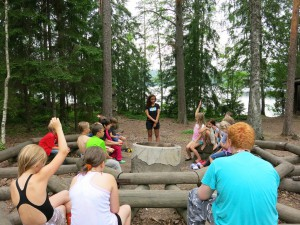 Arawela Sovala ja Akseli Virtanen pitävät KIPU- työpajaa Uudenmaan Nuorten Kotkien telttaleirillä.
